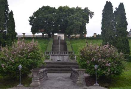 "Plimbare prin ""Edenul Transilvaniei"", un fost sanatoriu in care acum simti farmecul Vienei de la 1756 si savurezi socata din flori crescute in curtea baroca"