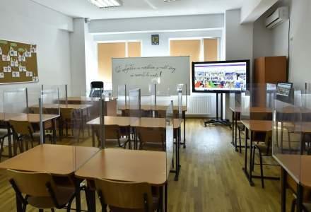 Școlile se redeschid după luni de cursuri online