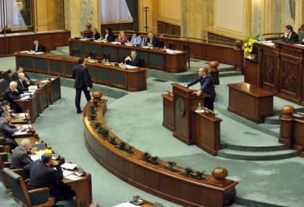 Zi importanta in Parlament: declaratia pentru demisia presedintelui Basescu a fost semnata; Udrea protesteaza pe holuri impotriva lui Tariceanu