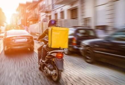 Aplicaţiile de livrare de mâncare ar putea fi obligate să le facă cărți de muncă livratorilor