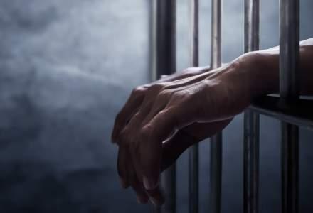 Un bărbat, condamnat la închisoare după ce a ameninţat doi poliţişti tuşind şi strigând că are 'corona'