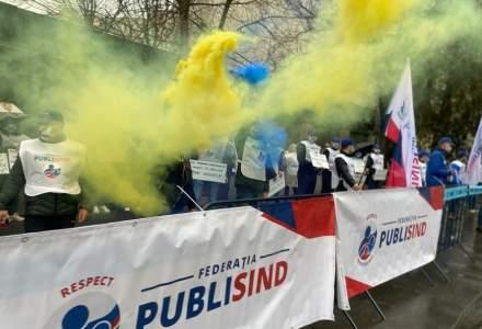 Proteste cu fumigene în fața ministerului Muncii