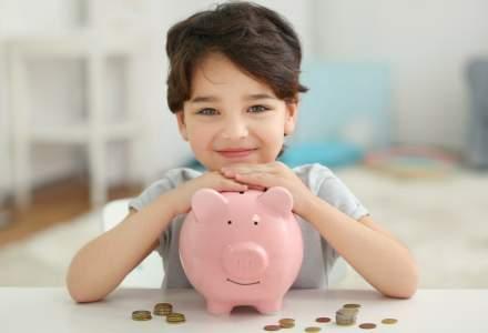 """Educația financiară sau de ce trebuie copiii să învețe cum să """"hrănească"""" mai bine porcușorul familiei"""