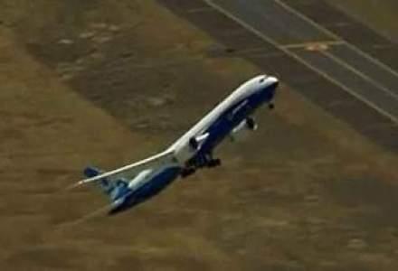 """Spectacolul vine din cer: un avion Boeing de 280 de pasageri face acrobatii aeriene si """"urca precum o racheta"""" [VIDEO]"""