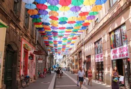 Aradul, plin de culoare cu ocazia sarbatoririi zilelor orasului: 400 de umbrele colorate au acoperit o strada pietonala