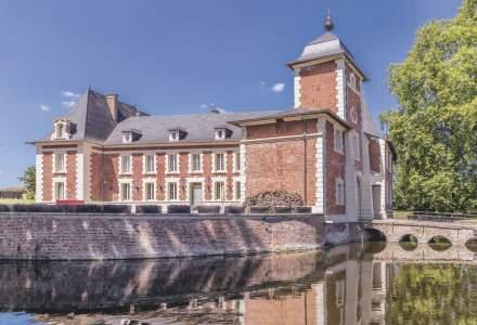 """Cauți un """"chateau"""" cu canal de apărare în nordul Franței? Tocmai a fost scos unul la vânzare!"""