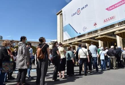 Maratonul vaccinării în București   Sute de persoane stau la coadă pentru a se imuniza
