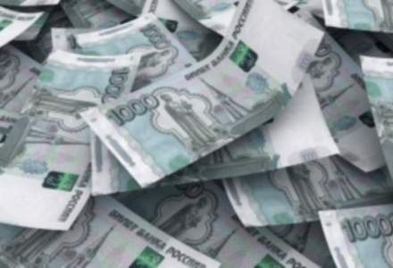Rubla a atins un nou minim record, aproape de nivelul la care banca centrala va interveni