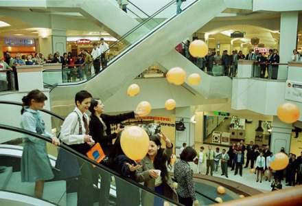 Cum arata o deschidere de mall la finalul anilor '90: povesti si fotografii de la prima deschidere a unui centru comercial modern