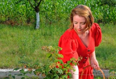 O tanara de 22 de ani detine o plantatie de zmeura bio in Prahova: Profitul poate ajunge la 2.400 de lei pe sezon