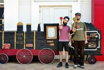 Doi artisti au transformat garajul unei case intr-un atelier de creatie in care fac fotografie pe lemn
