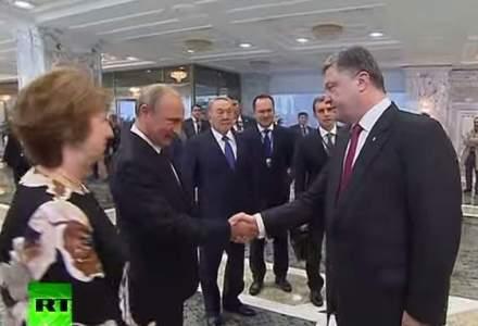 Imaginea zilei: Vladimir Putin si Petro Porosenko si-au strans mana la summitul de la Minsk (VIDEO)