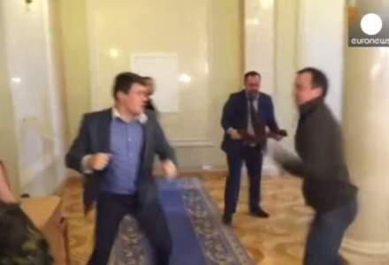 O bataie intre doi parlamentari din Ucraina conduce la indemnuri pentru adoptarea unui cod etic