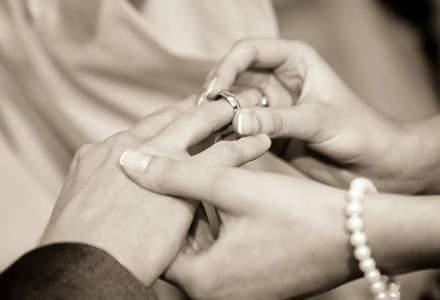 Mita la CFR: Sefa de serviciu primea bani de nunta, card de combustibil si telefoane mobile