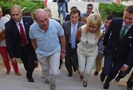 Traian Basescu a venit la PICCJ pentru a fi audiat in dosarul de santaj; la intrare a fost huiduit