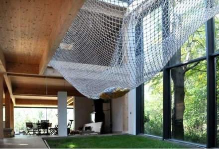 Casa pasiva din padure cu hamac si gazon in interior: consuma putina energie