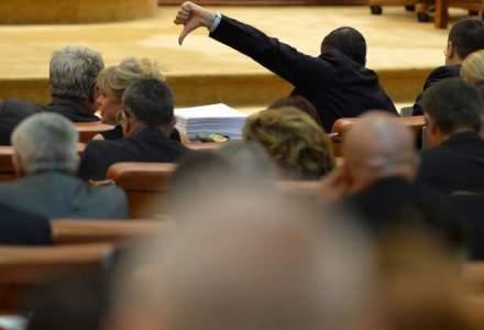 Mai multi deputati ai PNL au venit la sedinta de plen cu bonuri fiscale prinse in piept