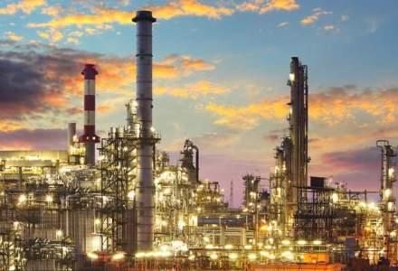 Mark Mobius crede in revenirea petrolului, Goldman il contrazice