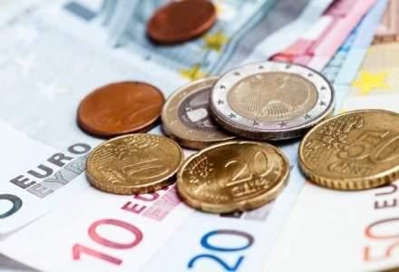 Evolutie opusa pentru euro si dolar la mijlocul saptamanii