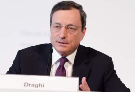 Mario Draghi, seful BCE, injurat de o protestatara, care a urcat pe biroul lui