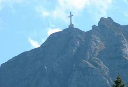 Zece lucruri ciudate despre Crucea de pe Caraiman: comunistii au vrut sa-i taie bratele, cum a fost urcata in varf de munte si ce nume trebuia sa poarte