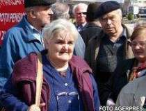 Pensionarii protesteaza in...