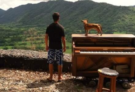 Si-a dat demisia, a vandut tot si a calatorit 5 ani in jurul lumii doar cu un pian