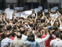 Sute de protestatari,...