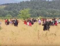 VIDEO: Sute de imigranti au...