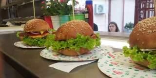 La 30 de ani, doi soti care nu au fost niciodata angajati au pariat 60.000 euro pe vanzarea burgerilor pe patru roti