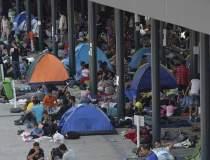 Sute de imigranti blocati la...