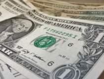 Dolarul mai castiga 1% in...