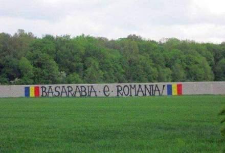 """Cine sunt baietii care umplu peretii cu ,,Basarabia e Romania"""". Anonimii care au scris pe ziduri mesajul unirii in toata Romania si dincolo de Prut"""
