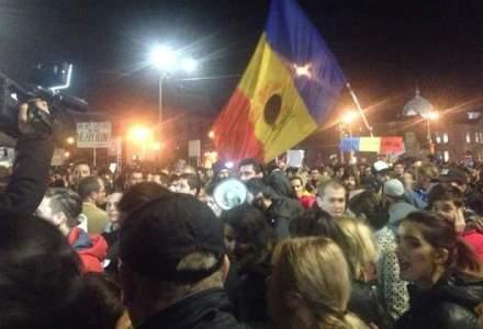 """Piata Universitatii, blocata de manifestanti. Este impartit """"Ziarul Colectiv"""""""