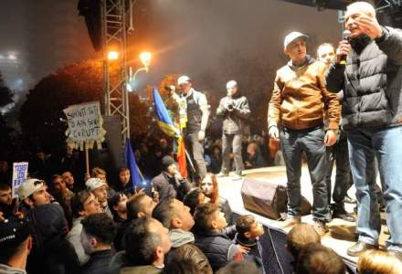 Piata Universitatii: Protestatari urcati pe o scena, fluierati si huiduiti din multime