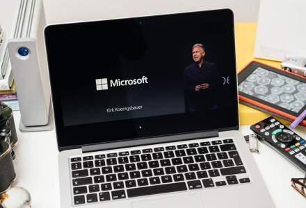 Fraternizare hi-tech: Angajatii Microsoft au interpretat un cantec pacifist in fata unui magazin Apple