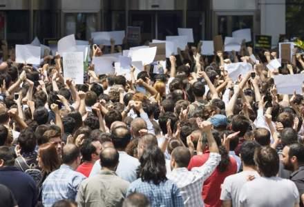 Cateva sute de fosti militari protesteaza in fata Guvernului