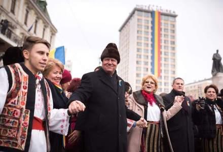 Iohannis s-a prins in Hora Unirii si a stat de vorba cu oamenii in drum spre biserica Trei Ierarhi