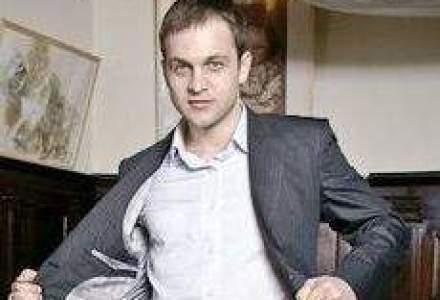 Cum a lansat un tanar de 26 de ani o afacere de costume la comanda cu vanzari de zeci de mii de euro
