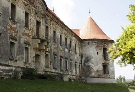 """In vizita la """"Versailles-ul Transilvaniei"""": o istorie de secole a unui castel care care a devenit punctul de intalnire al tinerilor pasionati de muzica si film. Cum arata Castelul Banffy de langa Cluj"""