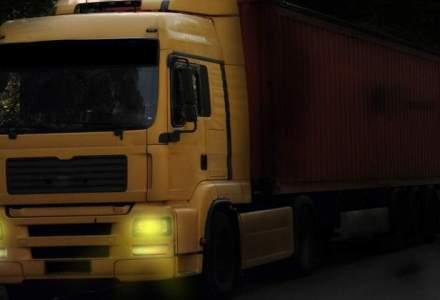 Un camion din Romania s-a rasturnat in Franta. Soferul spune ca GPS-ul l-a adus pe drumul ingust
