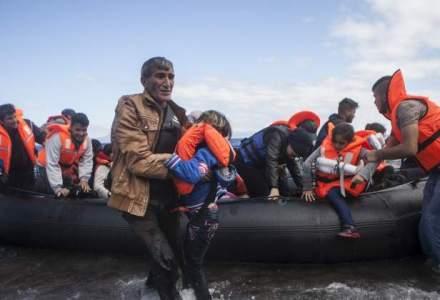 Garzile de coasta turce, filmate lovind cu bete o ambarcatiune cu imigranti din Marea Egee