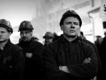 O suta de mineri protesteaza...