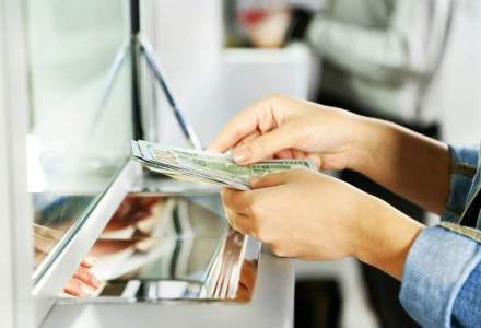 Soldul creditelor acordate de banci populatiei si companiilor a scazut in februarie cu 0,4%