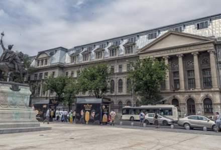 Cort din Piata Universitatii vandalizat cu mesaje rasiste la adresa romilor