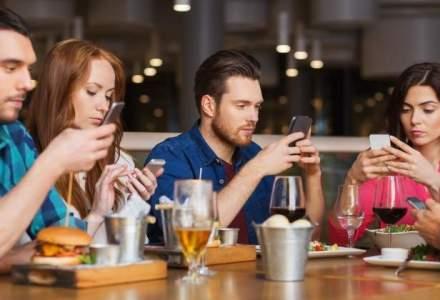 Pizza Hut a creat zona separata in restaurante pentru romanii care sunt dependenti de telefonul mobil
