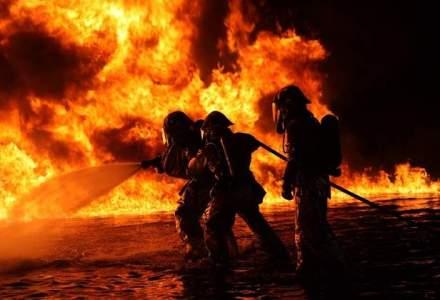 Pompierii incearca de 15 ore sa stinga un incendiu izbucnit la groapa de gunoi din Cluj-Napoca