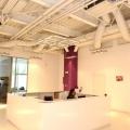 Un birou senzorial: Tone de cabluri in podea si un glob disco - Foto 1