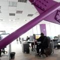Un birou senzorial: Tone de cabluri in podea si un glob disco - Foto 7