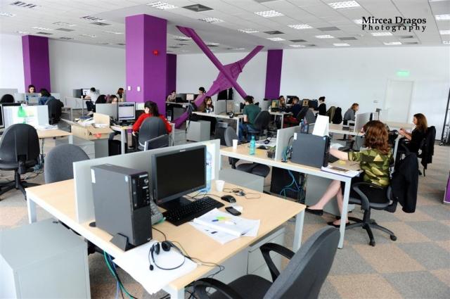 Un birou senzorial: Tone de cabluri in podea si un glob disco - Foto 10 din 33